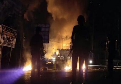 Petugas kepolisian berjaga saat berlangsungnya aksi unjuk rasa di Jayapura. Foto: Antara