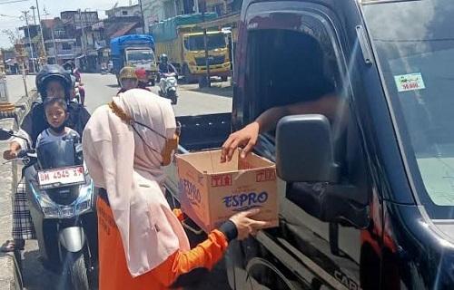 Para relawan galang dana di jalan raya untuk bantu korban bencana alam di NTT.