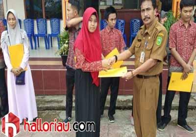 Andini Febrianty Darmansari saat menerima penghargaan dari SMKN 1 Tembilahan.