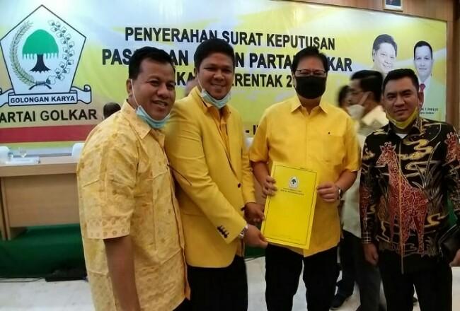 Ketua Umum DPP Golkar Airlangga Hartarto menyerahkan SK pencalonan kepada Andi Putra yang didampingi Suhardiman Ambi di Kantor DPP Golkar, Jakarta, Minggu (12/7/2020). Foto: Riaupos