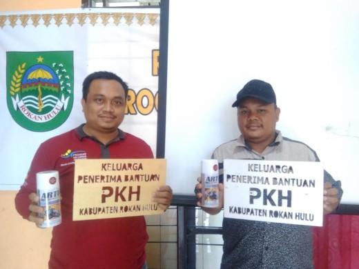 Contoh lebel yang akan dipasang di setiap rumah warga penerima PKH mulai Selasa depan di Rohul.