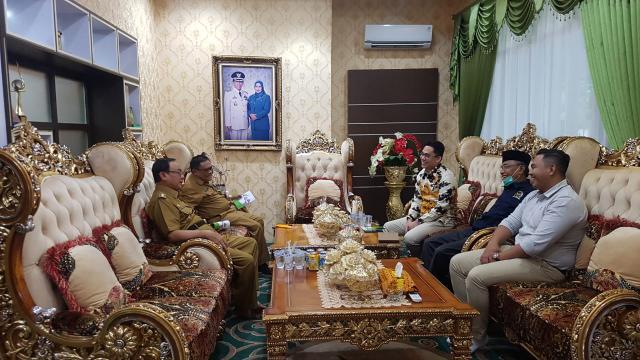 Bupati Kabupaten Indragiri Hilir (Inhil) HM Wardan menerima kunjungan kerja (Kunker) Anggota Dewan Perwakilan Daerah (DPD) RI Komite II Riau, Edwin Pratama Putra, Senin (10/8/2020).