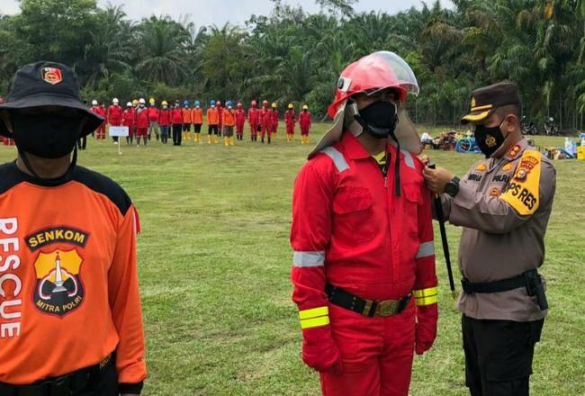 Kopolres Rohul AKBP Taufiq Lukman Nurhidayat,pimpin apel kesiapsiagan aparat Polres Rohul dan petugas perusahaan tergabung Tim Pencegahan dan Penanganan Karhutla di Tadun.