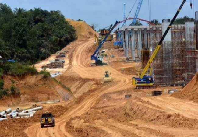Pekerjaan proyek Jalan Tol Pekanbaru-Dumai. Foto: Antara