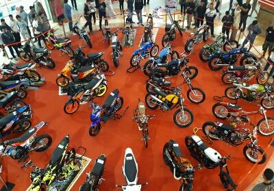 Pengunjung antusias melihat pajangan sepeda motor Honda modifikasi di Mal SKA hari terakhir, Minggu (28/4).