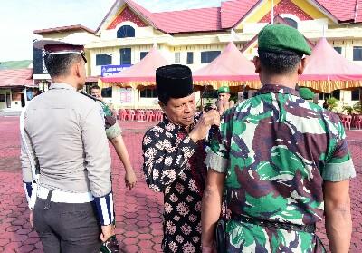 Staf Ahli Bupati Haholongan menanggalkan pita petugas.