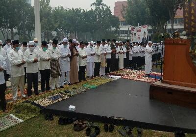Walikota Pekanbaru dan ratusan jemaah khusuk melaksanakan Salat Istisqa.