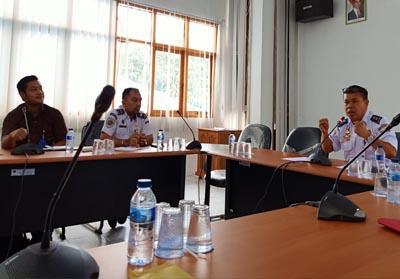 Abdi Sabda Kabid Keselamatan Berlayar KSOP Dumai memimpin rapat membahas pengangkutan limbah B3 dari Duri menuju Gresik melalui Pelabuhan di Dumai.