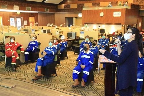 Hanna Rawati, Petroleum Engineer Chevron memberikan penjelasan mengenai fasilitas Integrated Optimization Decision Support Centre (IODSC).