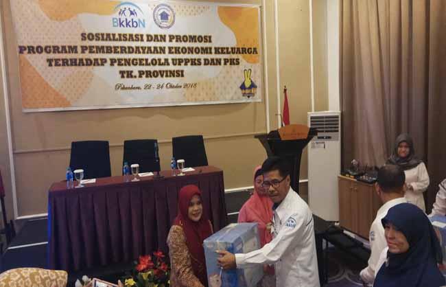 Kepala Perwakilan BKKBN Provinsi Riau Agus Putro Proklamasi menyerahkan bantuan mesin jahit kepada kelompok peserta KB aktif.
