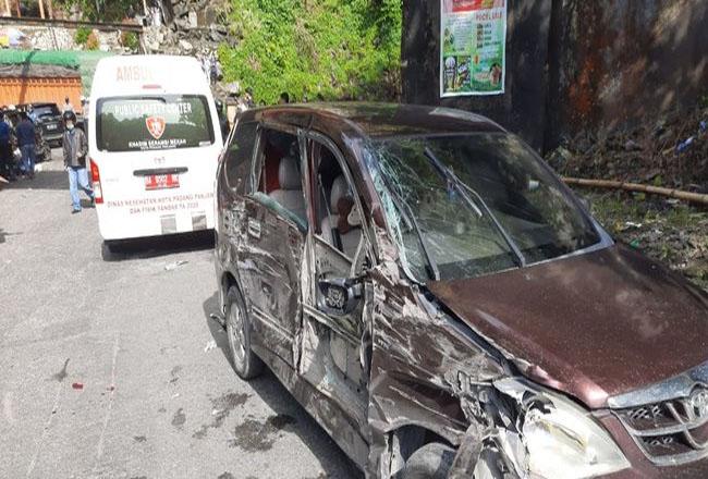 Puluhan kendaraan terlibat kecelakaan beruntun di Lembah Anai. Foto: Merdeka