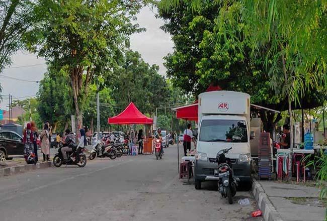 Pedagang kuliner di seputaran bundaran Tugu Zapin.