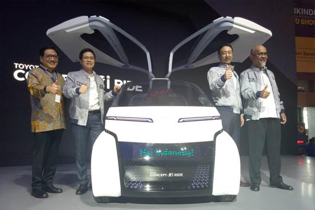 (Kira ke kanan) Paulus Bambang (Presiden Komisaris TAM), Henry Tanoto (VP TAM), Yoshihiro Nakata (PD TAM), Warih Andang (PD TMMIN).