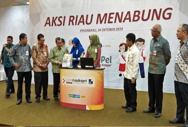 Gubernur Riau Syamsuar saat hadir di acara Aksi Riau Menabung.