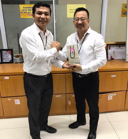 Penyerahan penghargaan bagi sales consultan dan sales counter terbaik tahun 2019 di lingkup Honda Kertajaya Utama Group, Senin (20/1/2020). Foto Ist