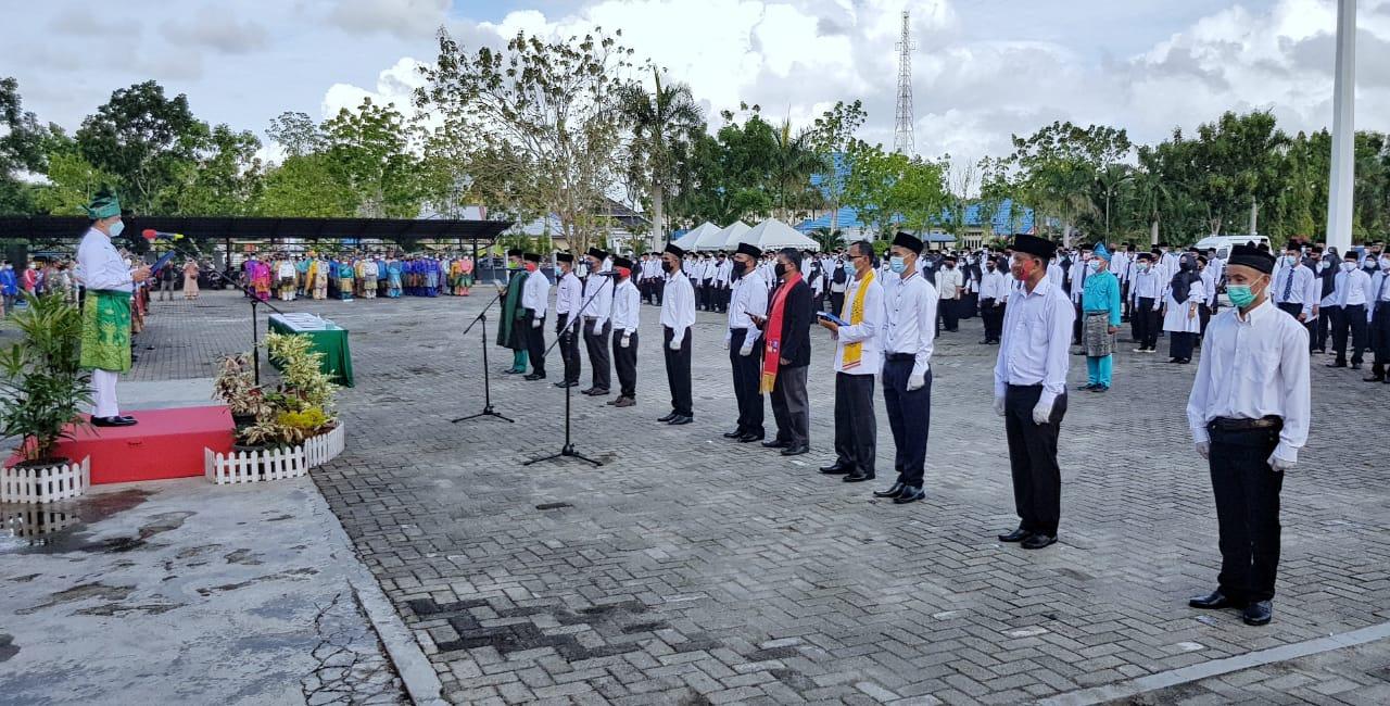 Bupati Kepulauan Meranti, H Muhammad Adil SH melantik puluhan ketua dan ratusan anggota BPD di halaman Kantor Bupati , Jumat (26/3/2021).