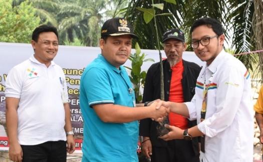 Pjs Unit Manager Comm & CSR Pertamina RU II, Kevin Kurnia menyerahkan bibit mangrove kepada Camat Medang Kampai Kota Dumai.