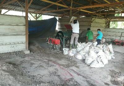 Pembuatan pupuk kompos.