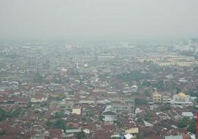 Kabut asap di Pekanbaru, Riau, mengganggu aktivitas warga karena bau menyengat, Minggu (28/7).