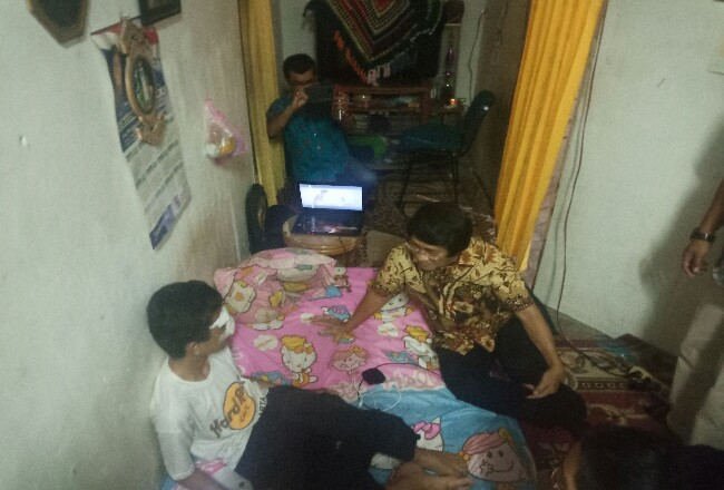 Kak Seto saat menjenguk siswa SMPN di Pekanbaru yang menjadi korban bullying.