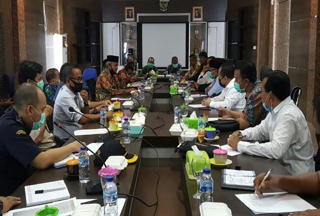 Bupati Meranti Drs H Irwanbersama Wakil H Said Hasyim menggelar rapat dengan DPRD Kepulauan Meranti dan Instansi Vertikal, bertempat diruang Rapat DPRD Meranti, Jalan Dorak, Selatpanjang, Kamis (16/4/2020).