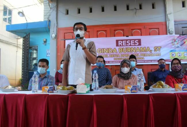 Ginda Burnama ST saat menggelar reses di Jalan Pemuda Kelurahan Tampan Kecamatan Payung Sekaki.
