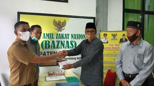 Ketua BAZNas Rohul Armein salurkan bantuan Rp42 juta melalui Kades Rambah untuk pembangunan rumah sehat layak huni Suardi dan keluarga.