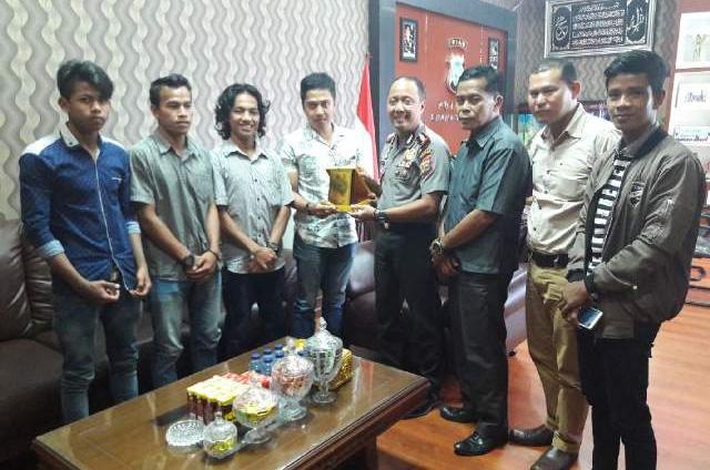 Kapolres Kuansing AKBP Fibri Karpiananto terima penghargaan dari mahasiswa atas kinerjanya