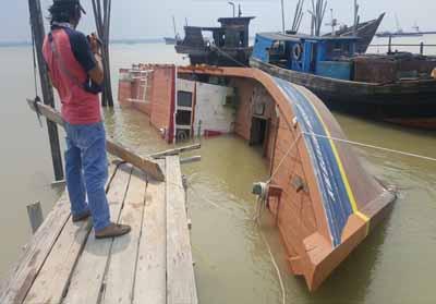 Kapal hibah Kementerian Dirjen Perhubungan Laut, Kemenhub RI, KM Banawa Nusantara 3 terbalik setelah sekian lama terlantar.