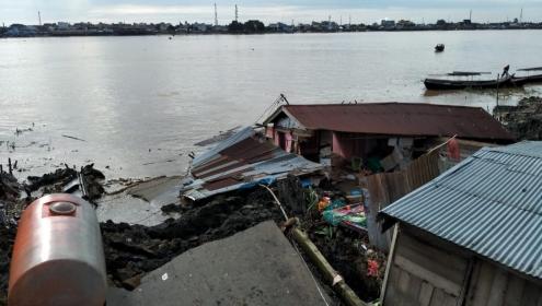 Situasi longsor di Kampung Betuah Sebrang Tembilahan, ditaksir menelan kerugian ratusan juta rupiah.