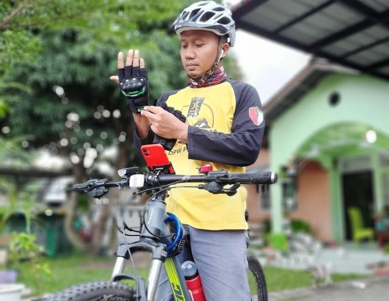 Mulyadi bersiap-siap sebelum mulai besepeda.