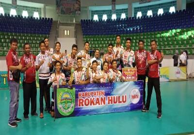 Tim Volly Ball pelajar putra Rohul, foto bersama dengan piala dan hadiah yang diraih, usai menyingkirkan Pekanbaru di Kejurda Volly Ball pelajarantar Kabupaten/Kota se- Peovinsi Riau.