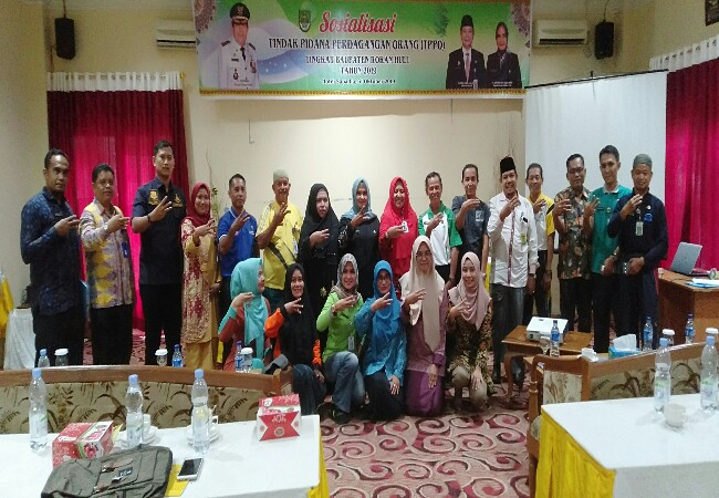Kadisos P3A Rohul Hj Sri Mulyati, foto bersama peserta sosiaisasi Tindak Pidana Perdagangan Orang, usai kegiatan.