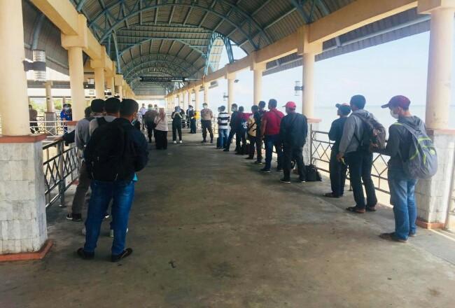 TKI dari Malaysia yang baru tiba di Pelabuhan BSL Bengkalis.