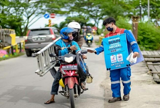 Pertamina RU II Dumai bersama Kementerian BUMN bersinergi membagikan 1.000 masker kepada masyarakat di sekitar wilayah operasional perusahaan.