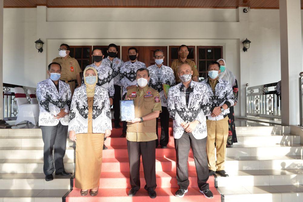 Gubernur Riau foto bersama dengan pengurus PGRI Riau.