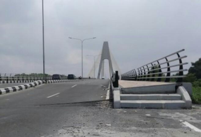Jembatan Siak IV terlihat miring. Foto: Cakapla