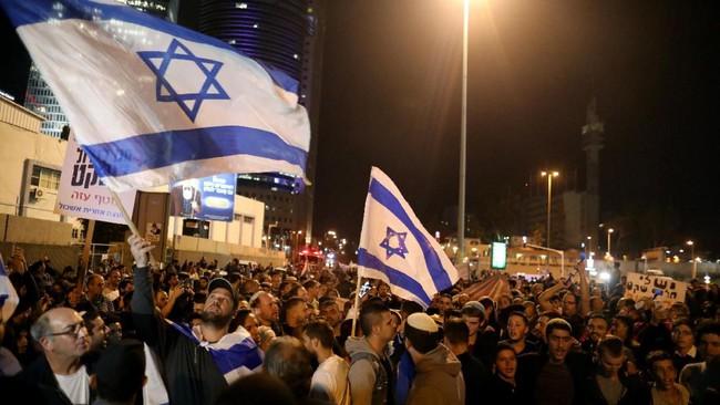 Warga Israel berunjuk rasa di Tel Aviv menolak kesepakatan gencatan senjata di Gaza. Foto : Detik