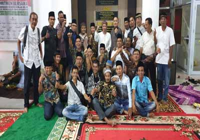 Kajari Rohil, Gaos Wicaksono SH MH didampingi Kasi Intel Farkhan Junaedi SH, Kasi Pidsus Mochtar Arifin berfoto bersama wartawan.