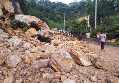 Material longsor masih tutupi sebagian besar badan jalan.