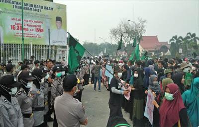 Himpunan Mahasiswa Islam (HMI) melakukan unjuk rasa di depan kantor Gubernur Riau
