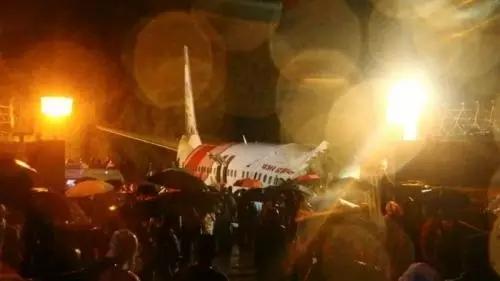 Pesawat India terbelah dua, akibatnya 16 orang tewas. FOTO : Reuters