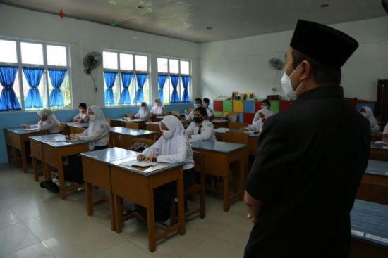 Gubernur Riau Syamsuar meninjau pelaksanaan sekolah tatap muka terbatas di Pekanbaru.