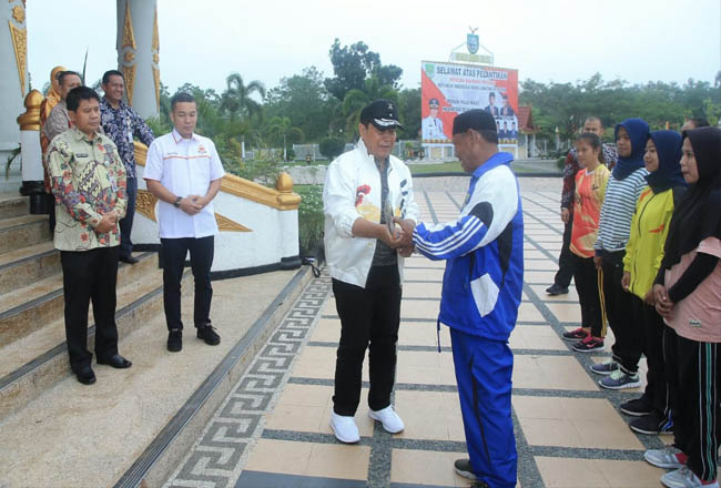Bupati Sukiman bersama Sekda Abdul Haris, melepas atlet Hoki untuk ikuti seleksi pra PON di Jakarta, di lepas Selasa pagi dari halaman kantor Bupati Rohul