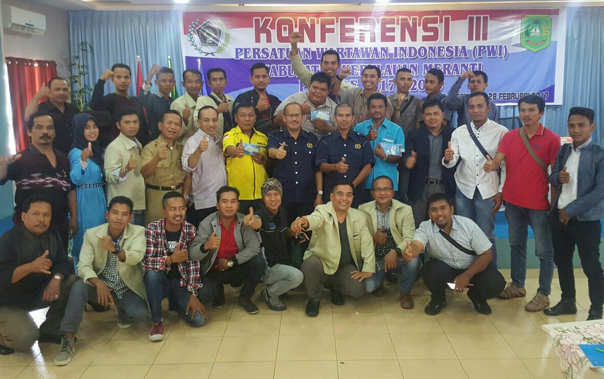 Peserta Konferensi III PWI Kepulauan Meranti foto bersama.
