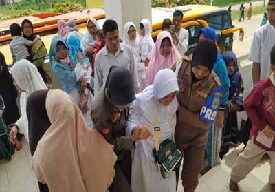 Para jemaah haji asal Kecamatan Rambah, Rohul, tiba di Masjid Agung Isamic Centre dari embarkasi antara Pekanbaru. 443 jemaah asal Rohul seluruhnya sudah kembali ke tanah air, dan diangkut 11 bus pariwisata dari Pekanbaru ke Rohul.