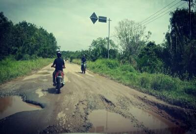 Kondisi Jalan Lintas Pakning - Dumai yang rusak parah, tepatnya di desa Bukit Batu Kecamatan Bukit Batu.