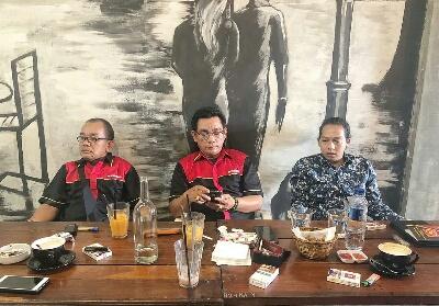 Ketua DPC Serbundo Kampar Mulyadi Manalu (mengenakan baju batik).