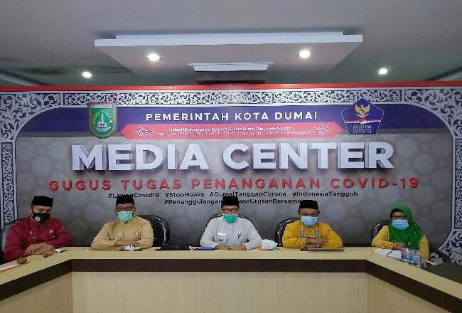 Walikota Dumai H Zulkifli As memimpin konferensi pers terkait perkembangan Covid-19 di coment center kantor Diskominfo Kota Dumai, baru-baru ini.