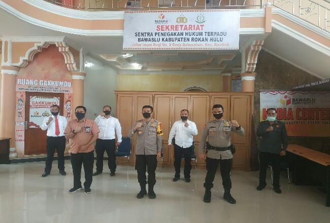 KapolresRohul AKBP Dasmin Ginting, gelar rapat terbatas dengan KPU dan Bawaslu Rohul,untuk memastikan langsung setiap tahapan pelaksanaan Pilkada Rohul berjalan aman dan lancar.